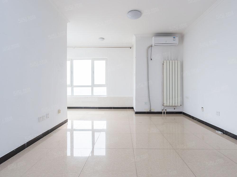 保利春天里精品一居室,户型方正,采光好,视野开阔。