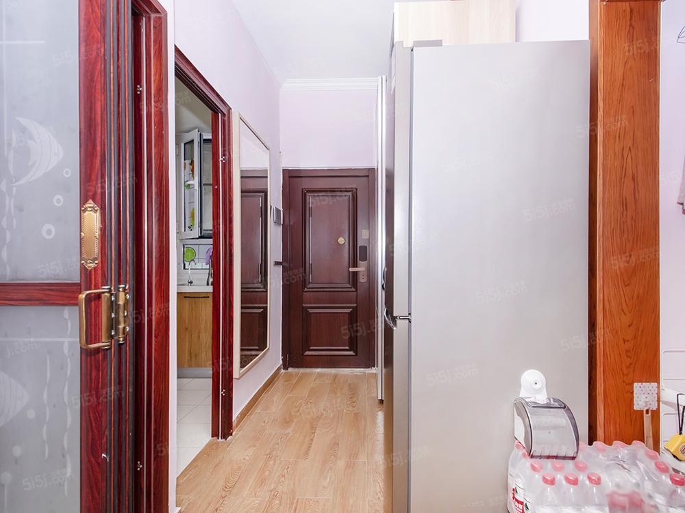 东南小区院内精装修2居室,视野棒,不得不看的两居室。