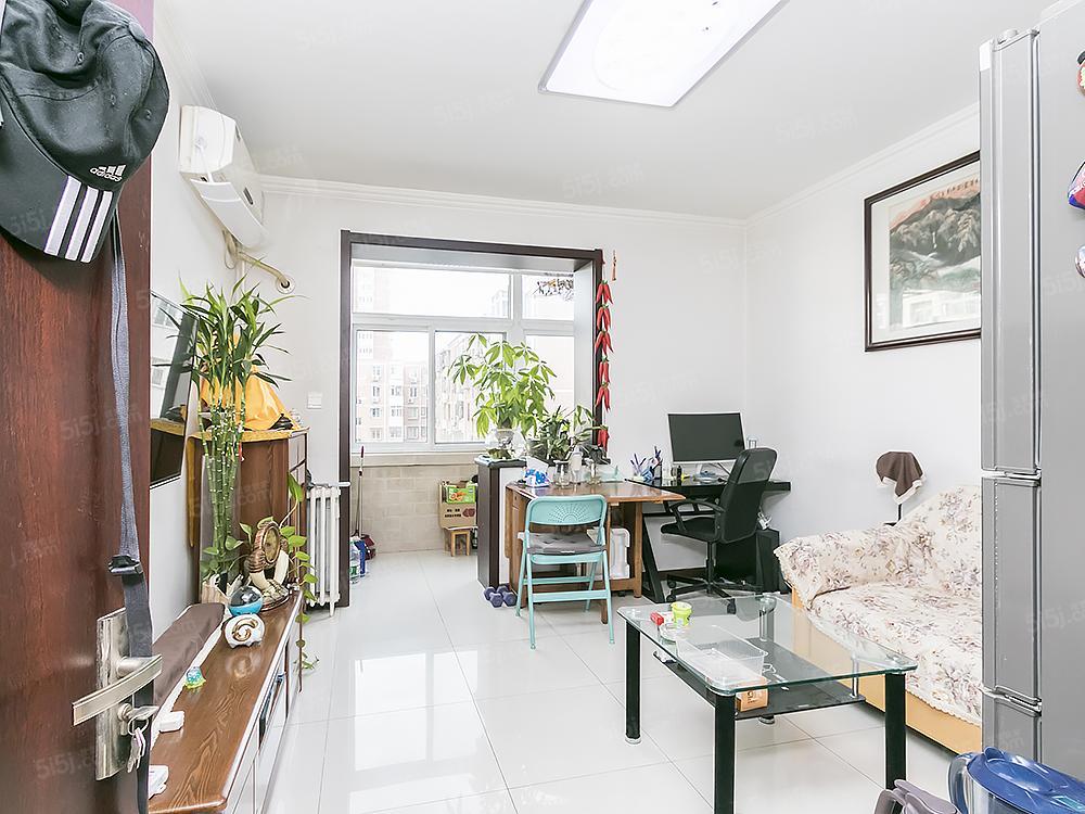苹果园四区 经典三居室 精装修 楼层好!