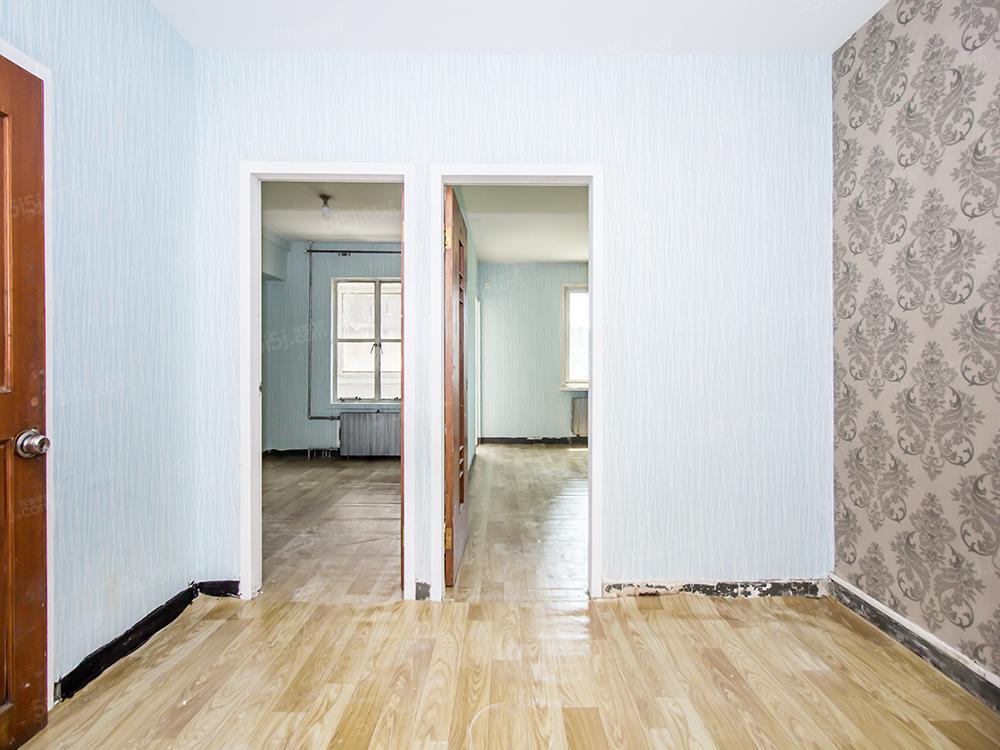 西坝河东里 钢混板楼 两卧朝南 带正规客厅 可贷款25年