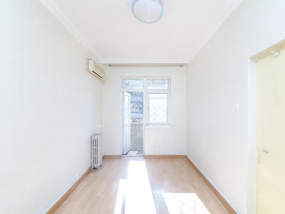 人大地铁站边上新上中间楼层两居室,看房有钥匙