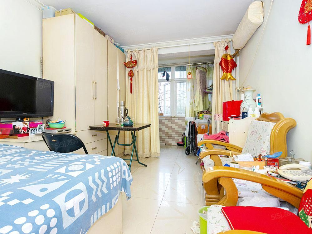 安贞里,南北通透两居室,大客厅,紧邻地铁,看房随时
